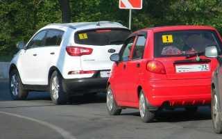 Что означает восклицательный знак на машине? встречаем новичков на дороге